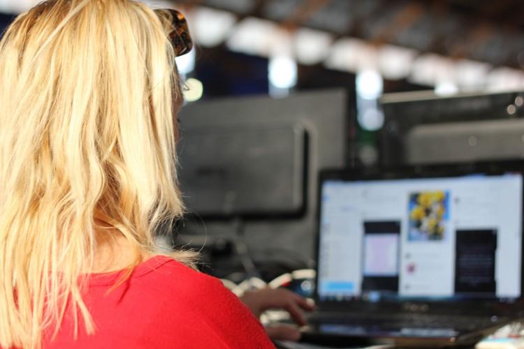 Kerrie Myers er imponert over alt utstyret folk har. Selv har hun bare med en liten laptop. (Foto: Marte Hedenstad, NRK P3).