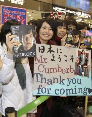 Da Cumberbatch kom til Tokyo for å promotere «Star Trek»-filmen var tilhengerne mer opptatt av å hylle «Sherlock»-serien. (AP Photo/Shizuo Kambayashi)