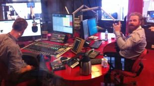 Kristofer Hivju på besøk hos Rune Håkonsen i studio K21. (Foto: NRK / Andreas H. Opsvik)