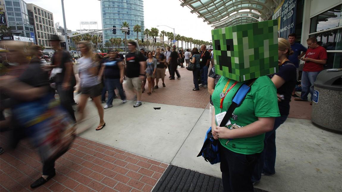 En kvinne har kledd seg ut som en 'creeper' fra spillet «Minecraft» under ComicCon i San Diego, 2012. (Foto: REUTERS/Mario Anzuoni)