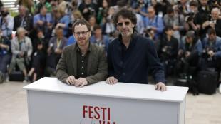 Ethan Coen og Joel Coen poserer i Cannes (Foto: AP PHOTO / ANNE-CHRISTINE POUJOULAT).