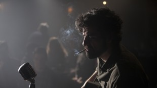Oscar Isaac spiller hovedrollen i Inside Llewyn Davis (Foto: Norsk Filmdistribusjon).