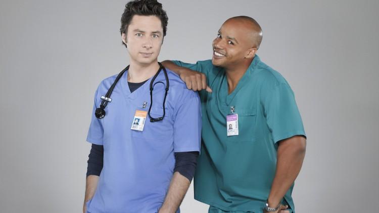 J.D (Zach Braff) og Turk (Donald Faison) fra serien «Scrubs». (Foto: NBC)