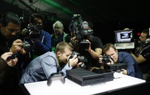Opprømte fotografar rundt den nye Xbox One-maskina til Microsoft. (Foto: REUTERS/Nick Adams)