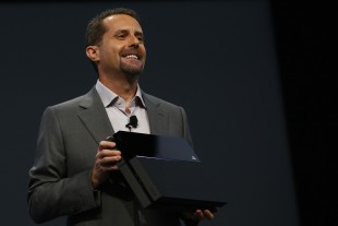 Sony-sjef Andrew House viser fram Playstation 4. (Foto: Eric Thayer/Getty Images)