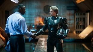 Idris Elba og Charlie Hunnam i Pacific Rim (Foto: SF Norge AS).
