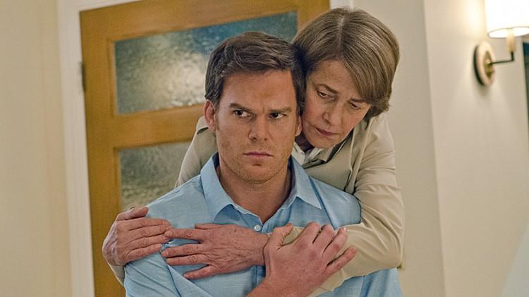 Michael C.Hall som Dexter, og Charlotte Rampling som Dr. Vogel i sesong 8 av Dexter. (Foto: Showtime)