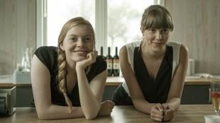 Johanna Knudsen Rostad og Eili Harboe i Kyss meg for faen i helvete (Foto: Norsk Filmdistribusjon/Motlys).