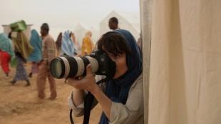 Rebecca (Juliette Binoche) risikerer liv og helse som krigsfotograf i Tusen ganger god natt (Foto: John Christian Rosenlund/Paradox).