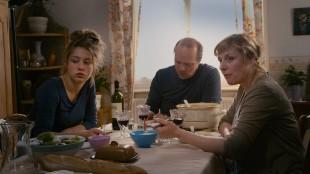 Adèle Exarchopoulos (Adele) Aurélien Recoing (far) og Catherine Salée (mor) i Blå er den varmeste fargen (Foto: Arthaus).