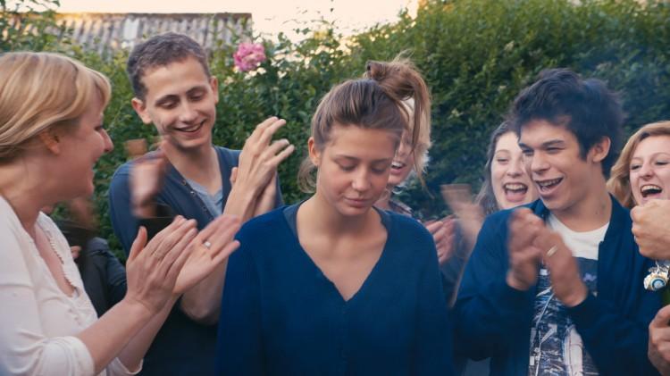 Adèle Exarchopoulos (Adele) omkranset av medelever i Blå er den varmeste fargen (Foto: Arthaus).