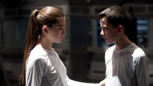 Petra (Hailee Steinfeld) blir venn med Ender (Asa Butterfield) i Ender's Game (Foto: The Walt Disney Company Nordic).
