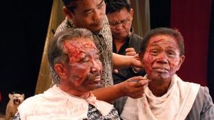 Massemorderne sminkes for opptak i The Act of Killing (Foto: Tour de Force).