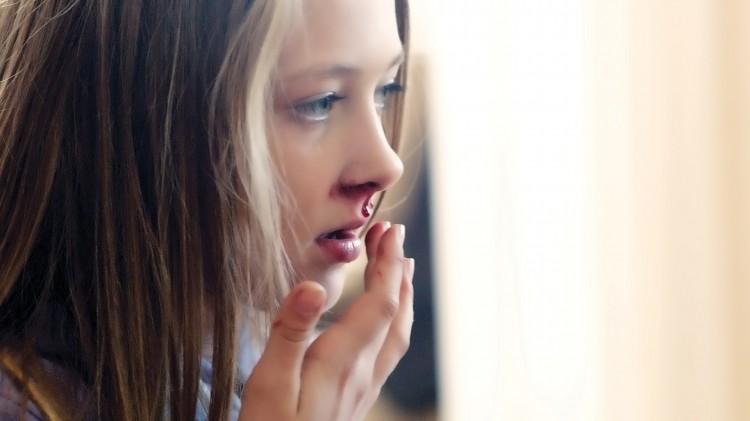 Noe er galt med Anja (Mia Helene Solberg Brekke) i Kule kidz gråter ikke (Foto: SF Norge AS/Cinenord).