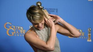 Robin Wright fra «House of Cards» med prisen for beste hovedrolle i en dramaserie. (Foto: REUTERS/Lucy Nicholson)