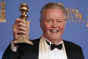 Jon Voight med prisen for beste mannlege birolle i ei TV-serie i «Ray Donovan». (Foto: REUTERS/Lucy Nicholson)