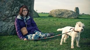 Tina (Alice Lowe) med hunden Banjo i Sightseers (Foto: Tour de Force).