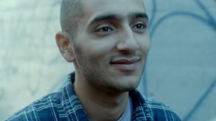 Ahmed Wasty som kjæresten Adam i Elsk meg (Foto: Øystein Mamen/Motlys/Norsk Filmdistribusjon).