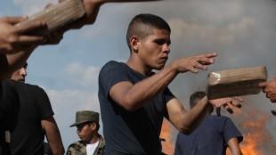 Beto (Juan Eduardo Palacios) destruerer narkotika i Heli (Foto: Europafilm AS).