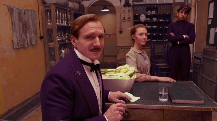 Ralph Fiennes, Saoirse Ronan og Tony Revolori i The Grand Budapest Hotel (Foto: 20th Century Fox).