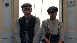 Ralph Fiennes og Tony Revolori i forkledning i The Grand Budapest Hotel (Foto: 20th Century Fox).