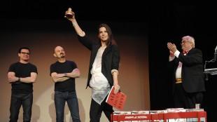 Sandra Bullock tar i mot prisen for verste kvinnelige hovedrolle under Razzie-utdelingen i 2010. Hun er en av få som faktisk har møtt opp for å holde en takketale under den alternative utdelingen. (AP Photo/Dan Steinberg)