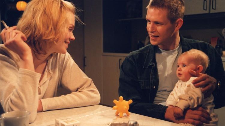 Sverre (Trond Espen Seim) forsøker å hjelpe alenemoren Trude (Ane Dahl Torp) til å få et bedre liv i Svarte penger - hvite løgner. (Foto: NRK).