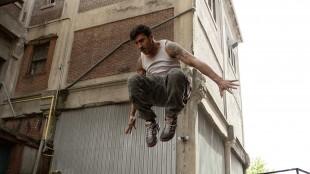 David Belle viser sine parkour-egenskaper i Brick Mansions (Foto: Scanbox).