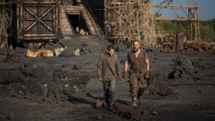 Kam (Logan Lerman) og Noah (Russell Crowe) foran arken i Noah (Foto: United International Pictures).