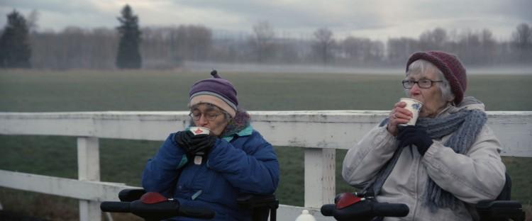 Hinda og Shirley diskuterer finanskrisen i Opprørske oldemødre. (Foto: Storytelling Media).