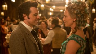 Seth McFarlane spiller mot Charlize Theron i A Million Ways To Die In The West (Foto: United International Pictures).