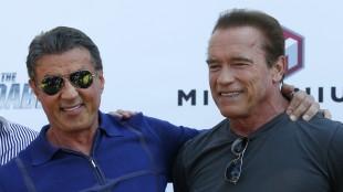 To gode venner i Cannes: Sylvester Stallone og Arnold Schwarzenegger (Foto: REUTERS/Yves Herman).