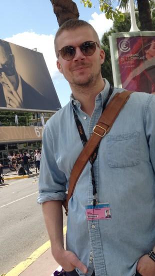 Filmbonanza-programleder Vegard Larsen foran festivalpalasset i Cannes. (Foto: NRK)