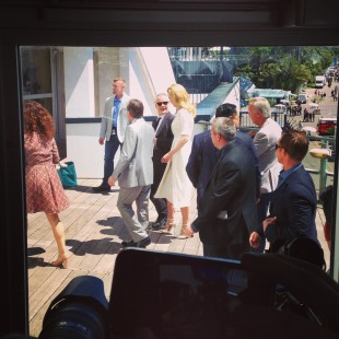 Nicole Kidman på vei til pressekonferanse. Journalister tett i tett. (Foto: Vegard Larsen / NRK)