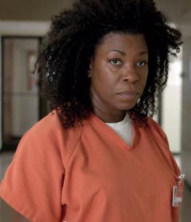 Vi aner trøbbel når Vee ankommer kvinnefengselet i sesong 2. (Foto: Netflix)