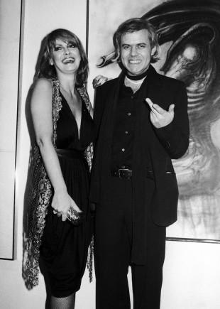 H.R. Giger og modellen Anneka Vasta under åpningen av en utstilling i New York i april 1980. (AP Photo/Bocklett,File)