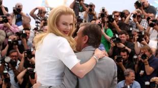 Nicole Kidman og Tim Roth poserer for de hunrige fotografene foran festivalpalasset i Cannes. (Foto: Joel Ryan/Invision/AP)
