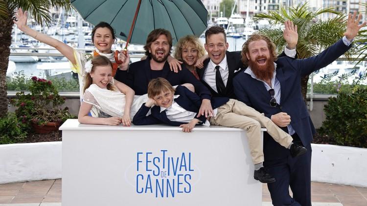 Regissør Ruben Østlund og skuespillerne fra «Turist» poserer for fotografene under den 67. utgaven av Cannes festivalen. Fra høyre: Kristofer Hivju, Johannes Bah Kuhnke, Østlund og Lisa Loven Kongsli. Foran liggende: Clara Wettergren og Vincent Wettergren (liggende). (AP Photo/Thibault Camus)