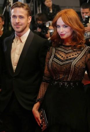 Regissør Ryan Gosling og hovedrolleinnehaver Christina Hendricks ankommer den røde løperen før første visning av «Lost River» på filmfestivalen i Cannes. (Foto: AFP Photo / Loic Venance)