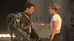 Cage (Tom Cruise) får hjelp av Rita (Emily Blunt) i Edge Of Tomorrow (Foto: Warner Bros. Pictures/ SF Norge).