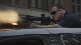 Breacher (Arnold Schwarzenegger) fyrer løs i Sabotage (Foto: Nordisk Film Distribusjon AS).