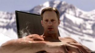 Hvordan i all verden gikk det med Eric (Alexander Skarsgård) etter dette? Det finner du ut i episode 2! (Foto: HBO Nordic).