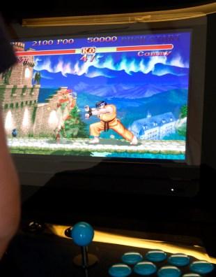 Adnan Hajic spiller slåssespill på arkademaskinen. Der får han den autentiske slåssespill-følelsen. (Foto: Remi Horgar).