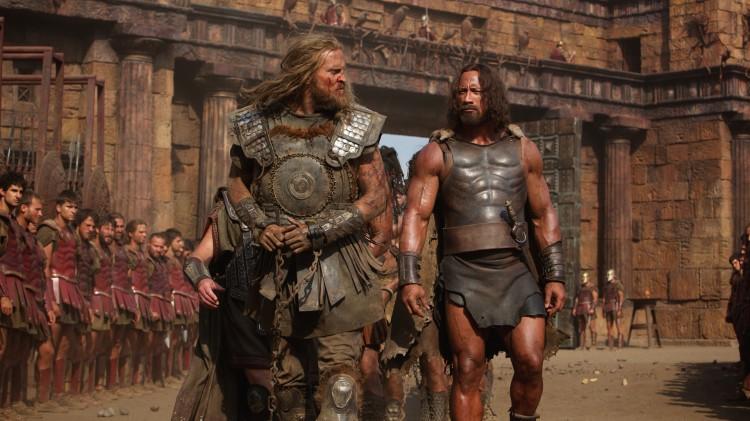 Tobias Santelmann blir tatt til fange av  Dwayne Johnson i Hercules (Foto: SF Norge AS).