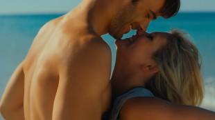 Hei, vent nå litt. Er dette egentlig en reklame for Ving, Apollo og Star Tour? Hannah Arterton og Giulio Berruti i «Walking On Sunhine». (Foto: Nordisk Film Distribusjon AS)