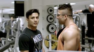 Omar (Elias Ali) på gymmen med Khuram (Sohail Anwar) i Haram (Foto: Curry Film).