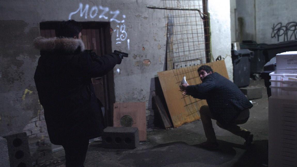 Omar (Elias Ali) truer med våpen i Haram (Foto: Curry Film).