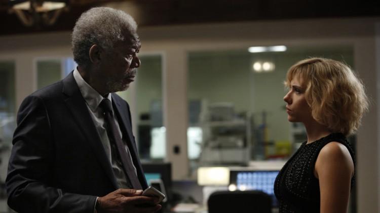 Lucy (Scarlett Johansson) får hjelp av professor Norman (Morgan Freeman) i Lucy (Foto: United International Pictures).
