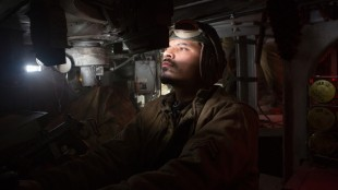 "Trini ""Gordo"" Gracia (Michael Peña) er føreren av stridsvognen Fury (Foto: United International Pictures)."