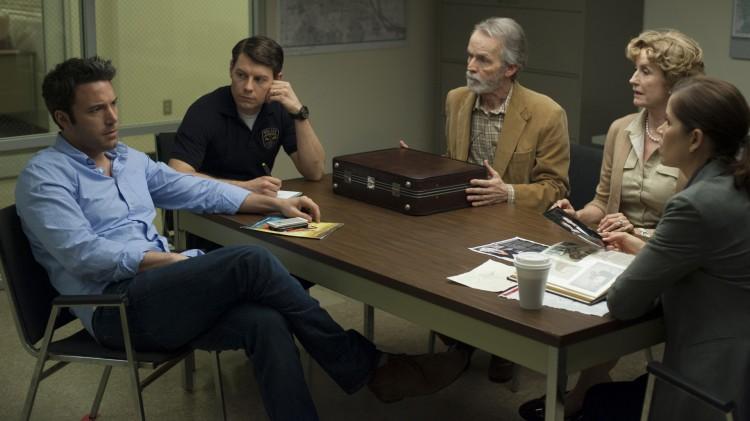 Ben Affleck, Patrick Fugit, David Clennon, Lisa Banes og Kim Dickens i en scene fra Gone Girl (Foto: 20th Century Fox).